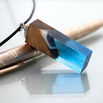 Подарок на день рождения девушке - голубой кулон из древесины дуба и ювелирной смолы