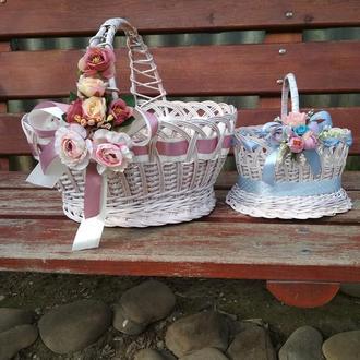 Пасхальная корзина плетеная из лозы украшена цветами
