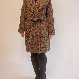Укороченное легкое пальто из гобелена с накладными карманами, свободного кроя, на запах, с поясом.
