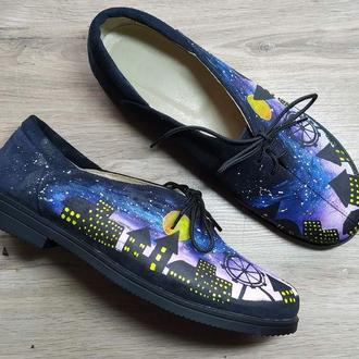 Замшевые туфли на шнурках с росписью Ночной город.