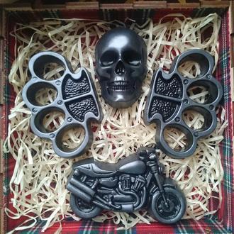 Подарок байкеру - набор ароматного мыла в деревянной коробке (черный череп, 2 кастета, байк)