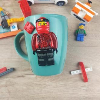 Чашка с декором из полимерной глины с Лего человечком