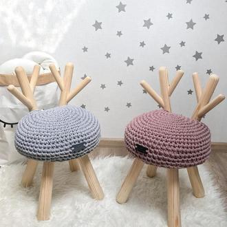 Десткий стул с рожками и вязаной сидушкой