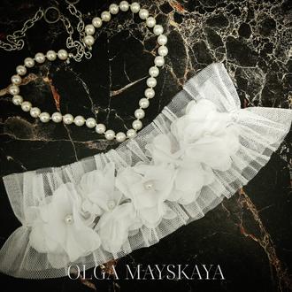 Белая свадебная подвязка на ногу