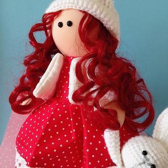 Лялька в червоній сукні