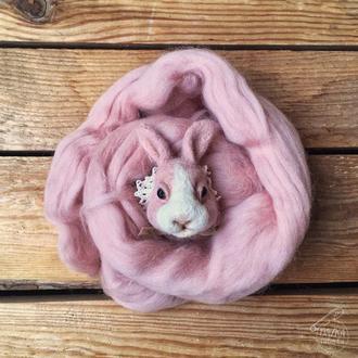 """Мягкая брошь  выполнена методом сухого валяния """"Розовый кролик с белой мордочкой"""""""