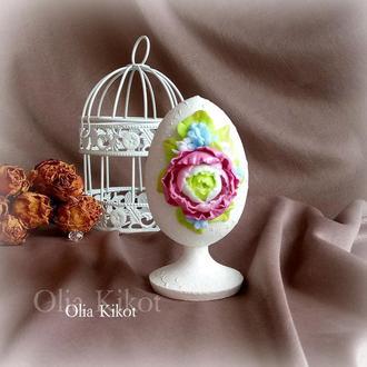 Пасхальное яйцо на ножке Декор пасхалтьный Подарок на пасху Цваеты ранюнкулюс полимерная глина.