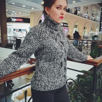 Уютный свитер с косами украсит и согреет в любое время года