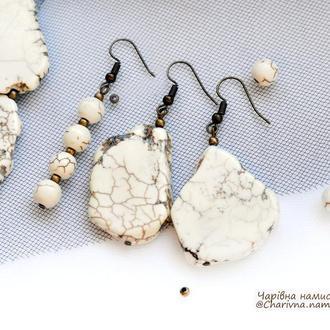Серьги из натурального камня Говлит