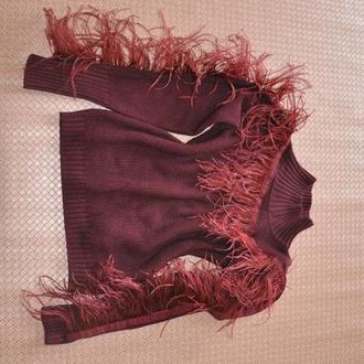 Свитер бордовый декорирован пером марабу