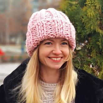 Женская розовая шапка крупной вязки