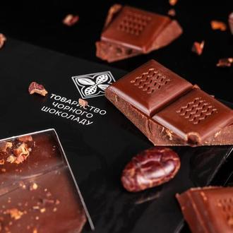 Черный шоколад с кусочками обжаренных какао-бобов