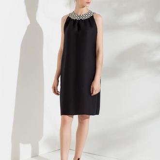 Льняное черное платье без рукавов с белой вышивкой