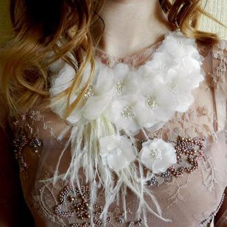 Белое цветочное колье , колье с цветами , колье с перьями , свадебное колье