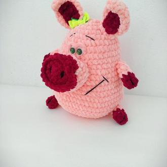 Вязаная  плюшевая игрушка  Свинка  26 см.