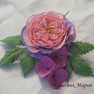Пионовидная роза с цветками от гортензии