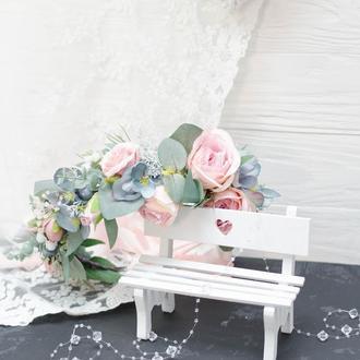 Венок пудрово- серый-нежно голубой с эвкалиптом и розами