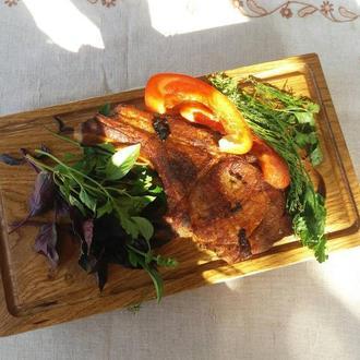 Доска для подачи блюд с канавкой и выемкой под соусник. Кухонные доски из дерева. Разделочные доски.