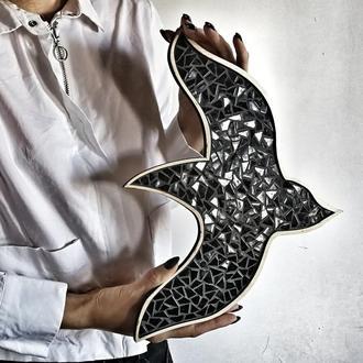 Птица из чёрной глянцевой мозаики, Декор интерьера