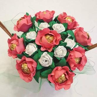 Сладкий букет. Цвети  с конфетами. Корзина с цветами и конфетами