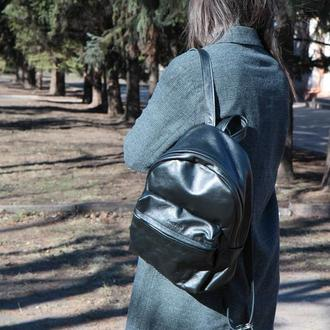 Вместительный кожаный женский рюкзак (черный)