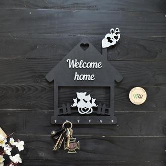 """Настенная ключница - котики в домике """"Welcome home"""", черная, из дерева"""