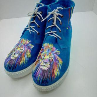Замшевые ботинки с росписью Львы.