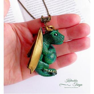 Зеленый кулон Дракон из полимерной глины с хризоколлой