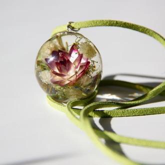 Прозрачный кулон с цветами из эпоксидной смолы