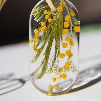 Прозрачный кулон из смолы с мимозой
