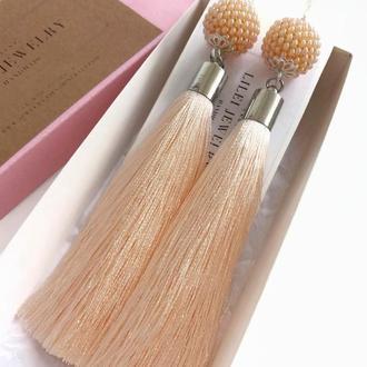 Длинные кремовые сережки-кисточки с бисерными бусинами