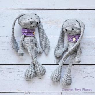 Іграшка сірий зайчик в шарфику Зайчик в'язаний Іграшка кролик В'язаний кролик  Кролик амігурумі