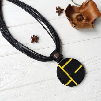 """Крупный кулон из полимернлй глины на кожаном креплении """"Геометрия"""" черно-желтый"""