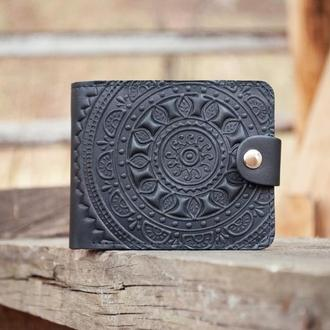 Кошелек кожаный черный мужской с тиснением орнаментом Этно