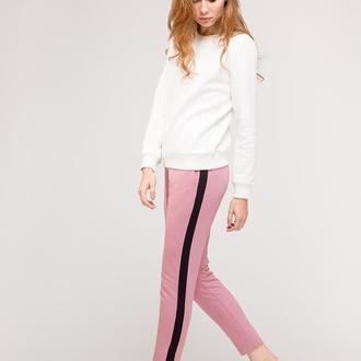 Пудровые брюки с лампасами