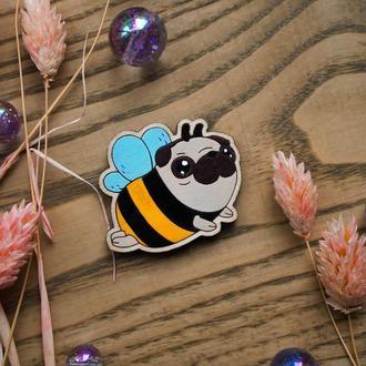 Деревянный значок, брошь - Мопс пчелка