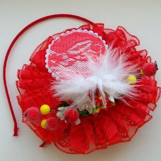 Шляпка с перьями и цветами  на ободке