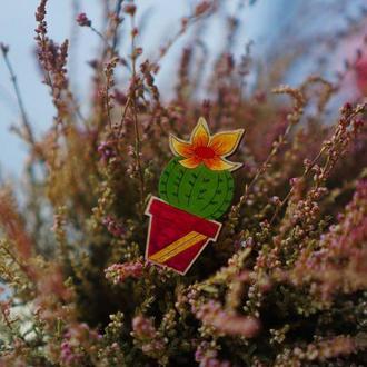 Деревянный значок, брошь - Кактус с цветком