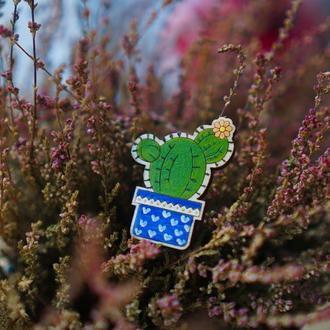 Деревянный значок, брошь - Кактус с белым цветком