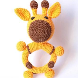 Грызунок-погремушка вязаная Жирафик