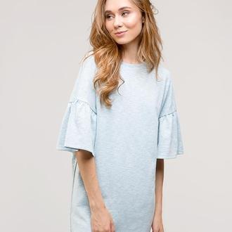 Бледно-голубое платье с воланами на рукавах