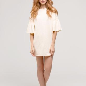 Платье кремового цвета с воланами на рукавах