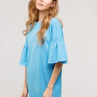 Голубое платье с воланами на рукавах