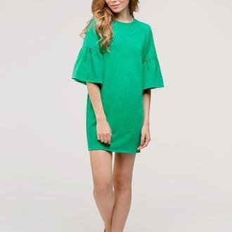 Зеленое платье с воланами на рукавах