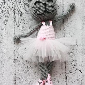 Очаровательная кошка-балерина в пуантах и пачке