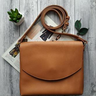 Женская кожаная сумка Почтальон карамельного цвета