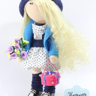 Интерьерная текстильная куколка Блондинка с подарком и цветами