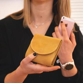 Желтый маленький кожаный кошелек портмоне