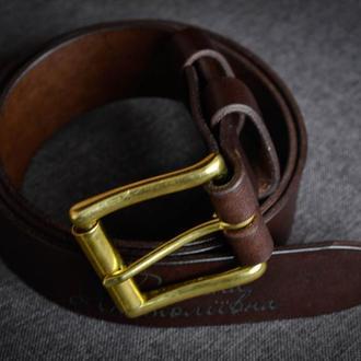 Пояс из натуральной кожи с латунной пряжкой и индивидуальной гравировкой.