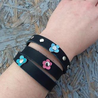 Натуральная кожа.  Синий браслет с цветами и заклепками